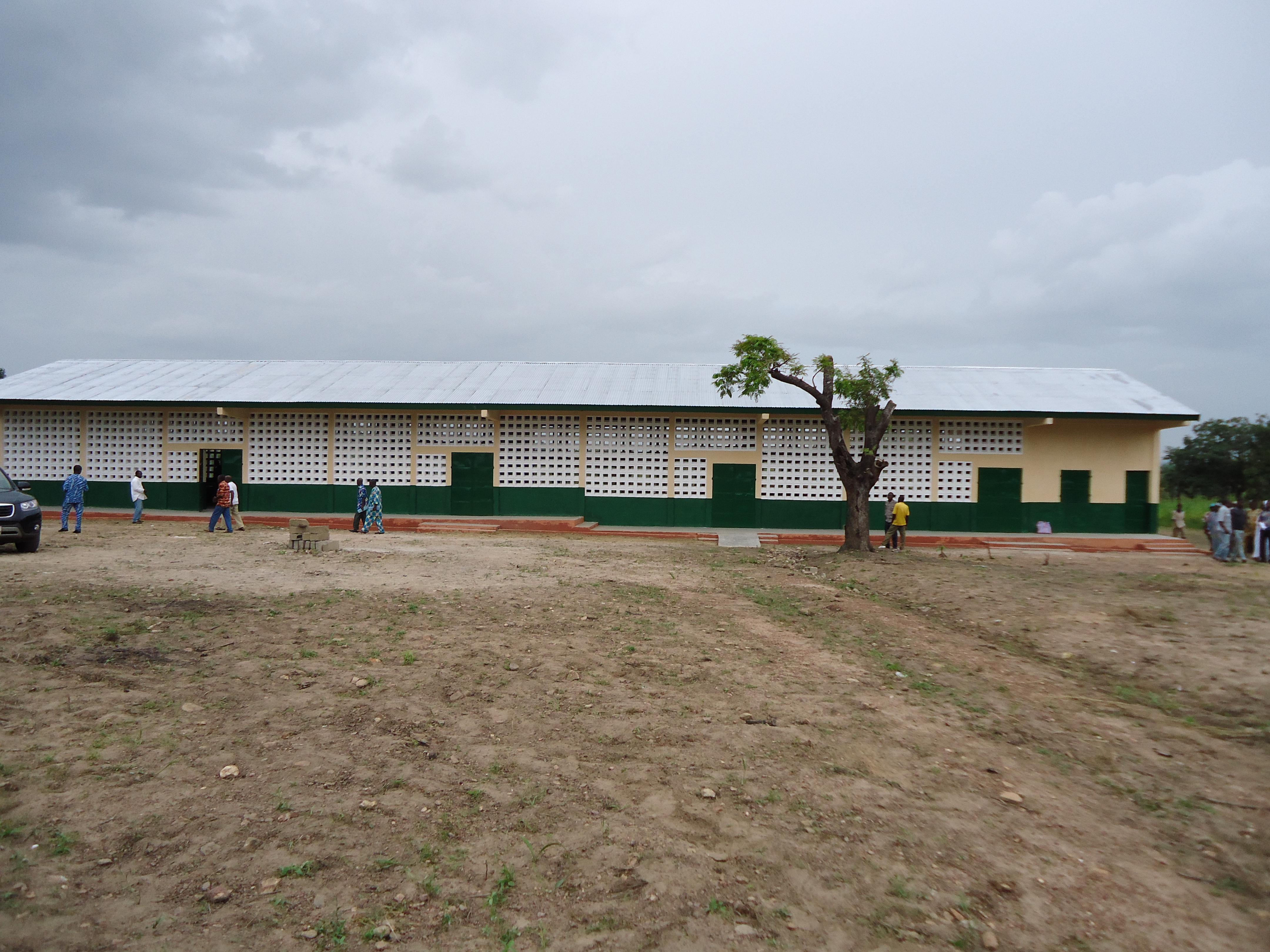 Remise d'un bâtiment au village de Welou Tchivenda